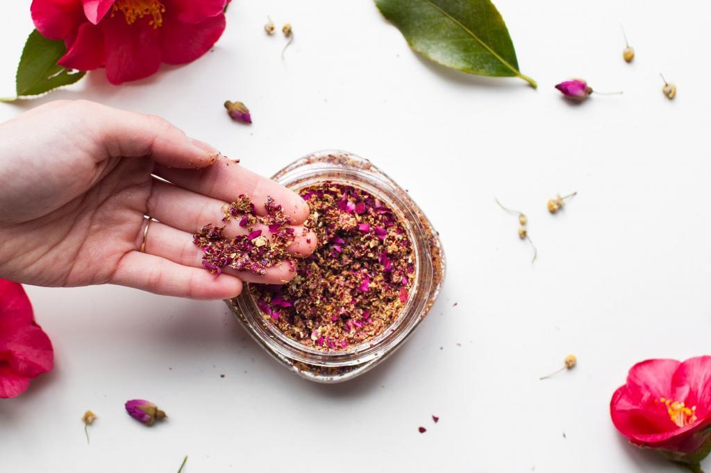 Готовлю домашний скраб с лепестками розы, ромашкой и скорлупой грецкого ореха: он очень ароматный, свежий, и кожа после него сияет
