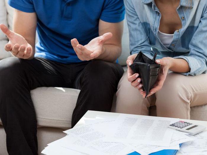 Парень взял под контроль ее финансы: девушка собрала вещи и ушла