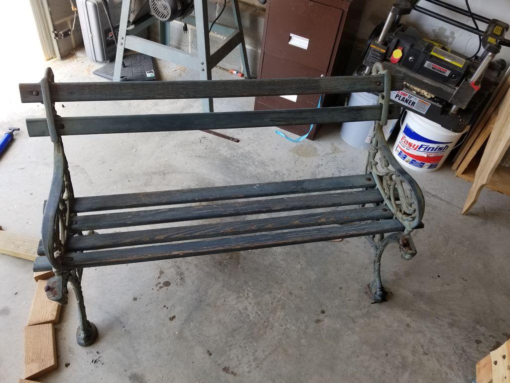 Попросил соседей не выбрасывать раритетную скамейку, а отдать мне на ремонт. Теперь просят вернуть им обратно (фото)