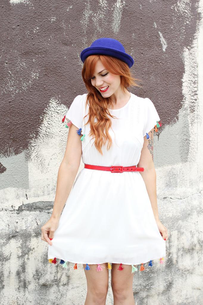 Базовое белое платье я украсила разноцветными кисточками в стиле бохо: получилось очень красиво, ярко и по-летнему