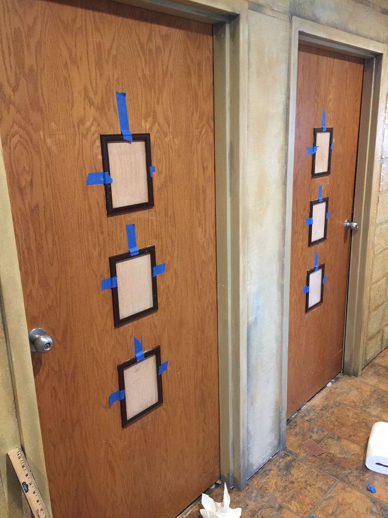 Сосед наклеил на дверь несколько рамок под фотографии. Не понимали зачем, а теперь любуемся всем подъездом