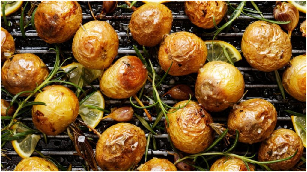 Чтобы кожура не полопалась: печеный картофель в духовке - это просто, если соблюдать правила подготовки