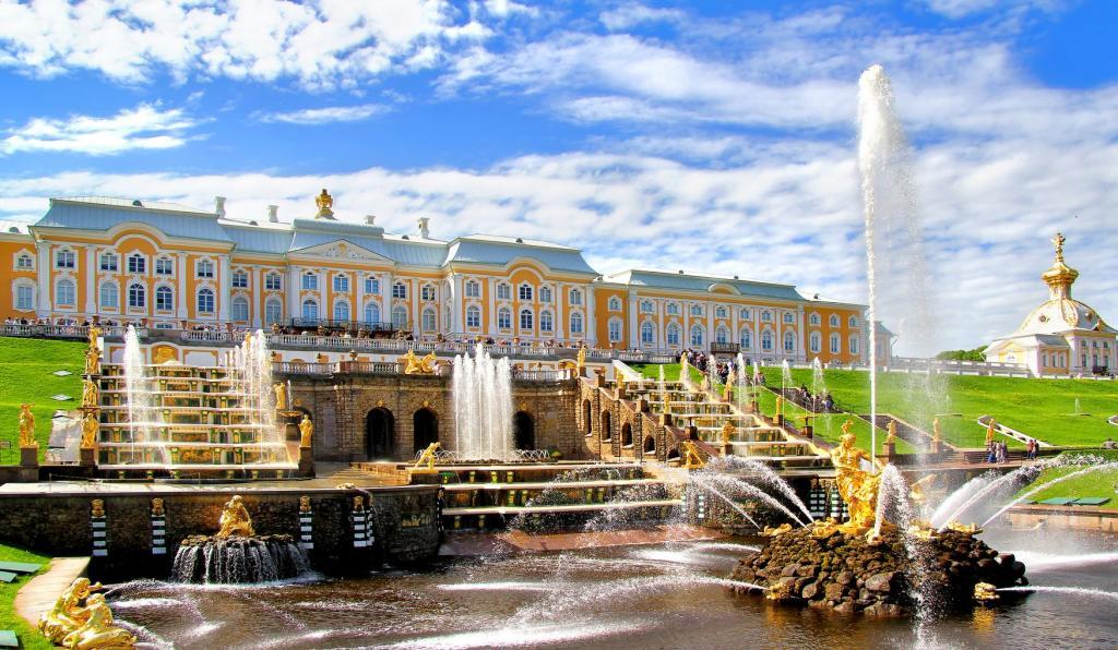Любители гулять по Петергофу будут рады: музей-заповедник и все фонтаны на его территории начнут работать с 3 июля