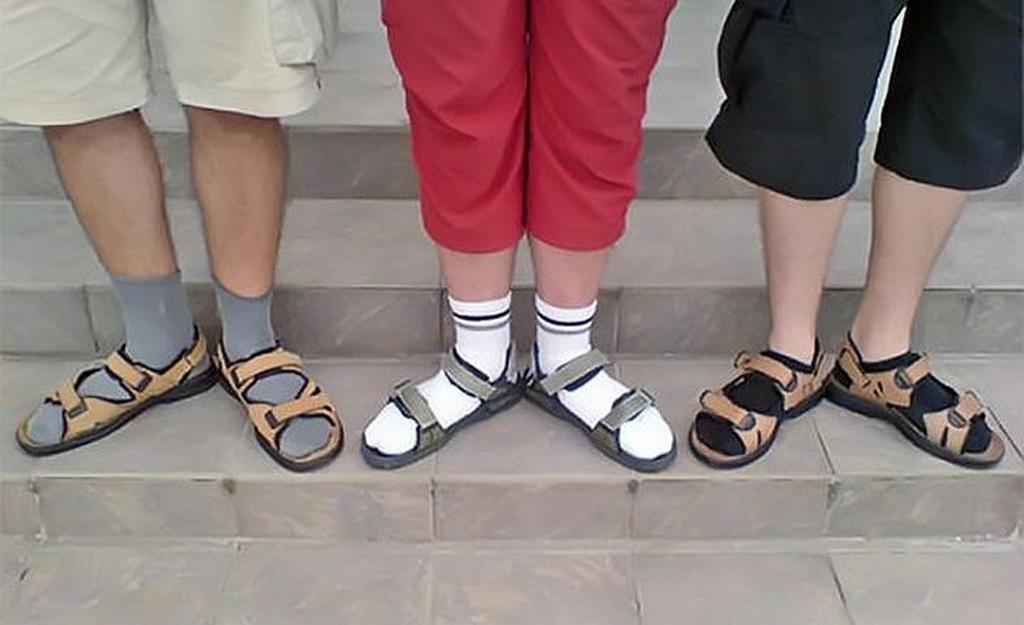 Мужчина надел носки под сандалии, а чтобы не было так заметно, сделал в них дырки. Оказывается, он модный и мы зря смеялись