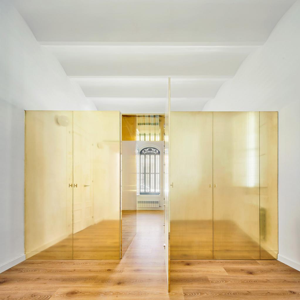 Никогда бы не подумала, что золотой шкаф посередине квартиры может смотреться стильно: что еще интересного придумал дизайнер в квартире