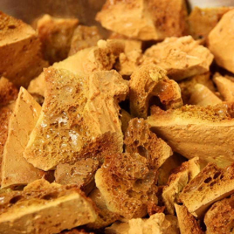 Пористая карамель из меда, сахара и соды: хрустящее лакомство, которое скрасит любое чаепитие