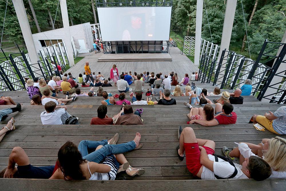 Кинолето : Министерства культуры и просвещения России решили приобщить детей и подростков к еженедельным летним просмотрам лучшего советского и российского кино