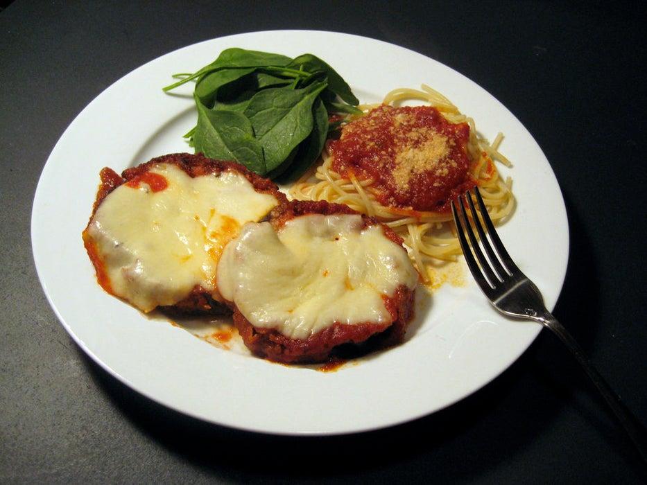 Сезон баклажанов с самом разгаре, поэтому я постоянно экспериментирую с рецептами их приготовления: баклажаны с сыром и томатным соусом понравились мне больше всего
