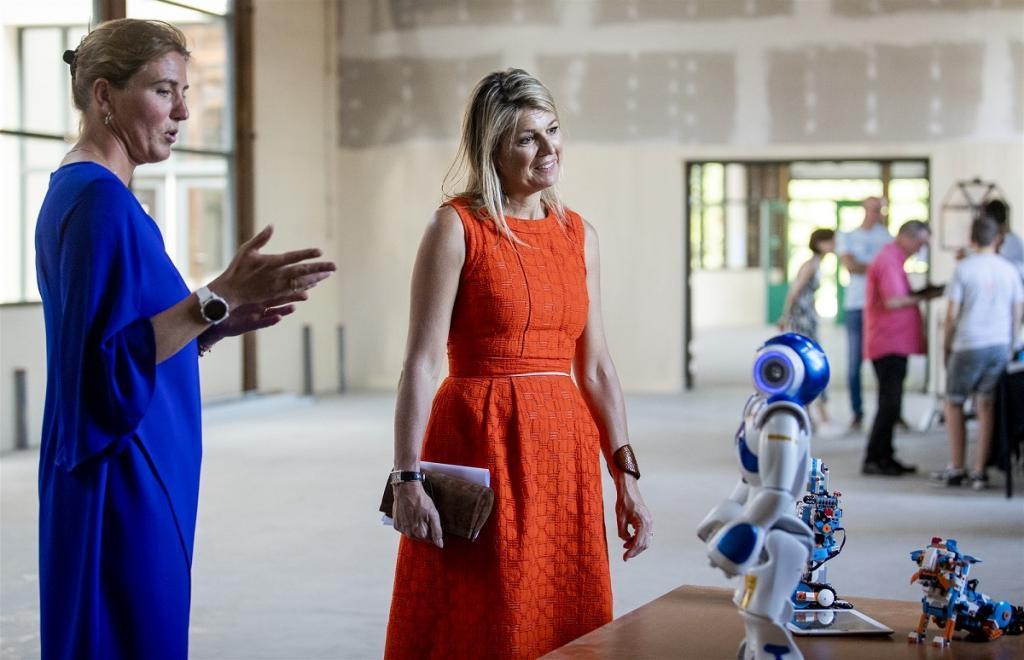Трюк для женщин 40+: королева Нидерландов Максима подала идею стилистам. Однотонная одежда скрывает годы