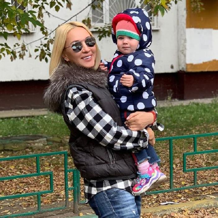 «Племянник целует тетю!»: Кудрявцева показала, как внук целует ее дочь (видео)
