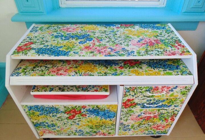 Сделала из старого стола «конфетку»: я просто обклеила его скатертью (фото)