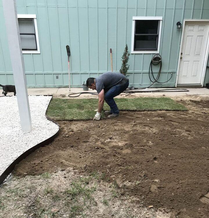 Заграница в этом году нам не светит, поэтому решили преобразить двор: теперь у нас своя лаундж-зона с галькой и креслами