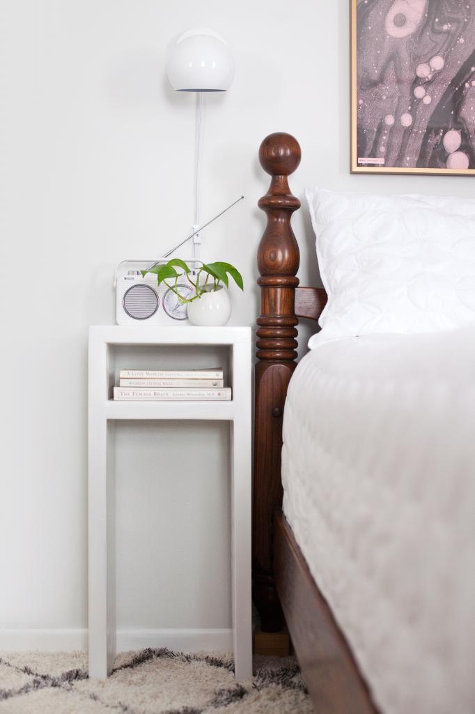 Сделали для спальни современные прикроватные столики с простым дизайном: очень довольны результатом