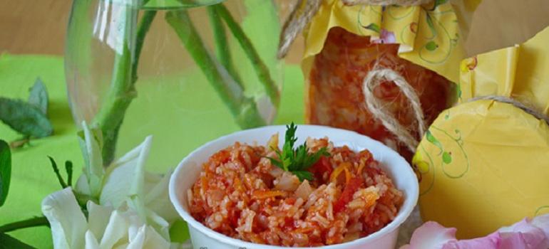 Обычные рецепты поднадоели. Готовлю рисовый зимний салат «Ассорти»: помидоры, лук, морковь, перец