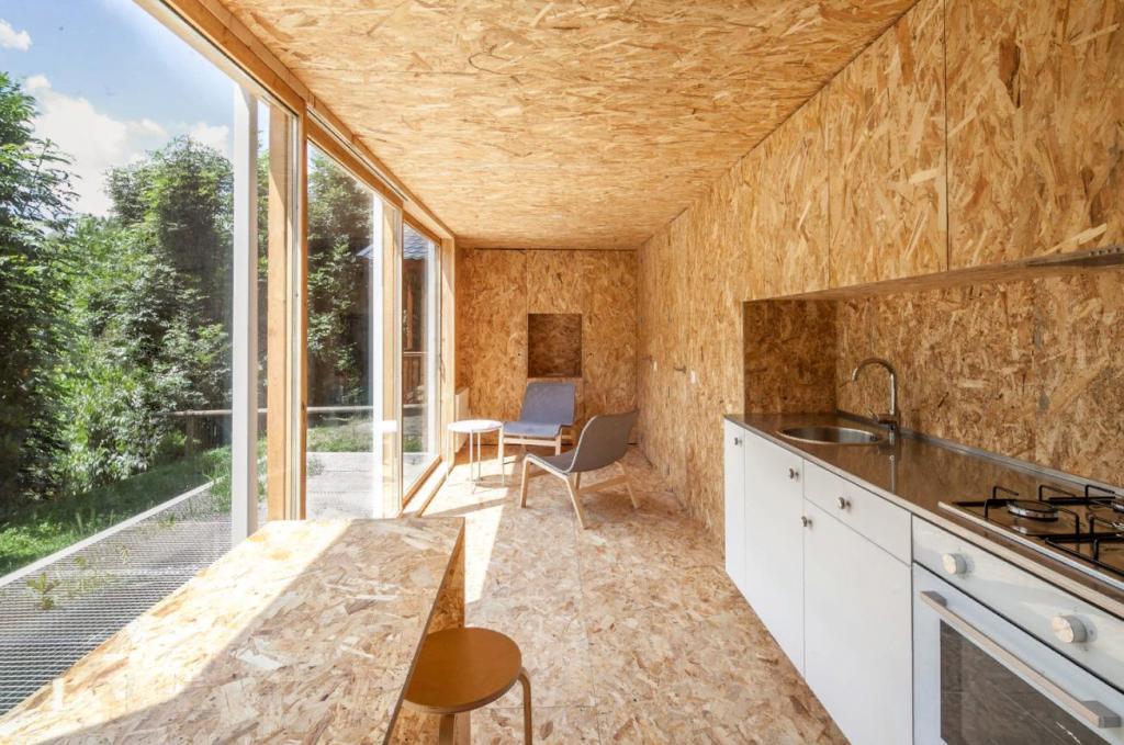 Повторно используемые и переработанные материалы в 10 проектах дизайна интерьера: от приюта до резиденции Хеопса
