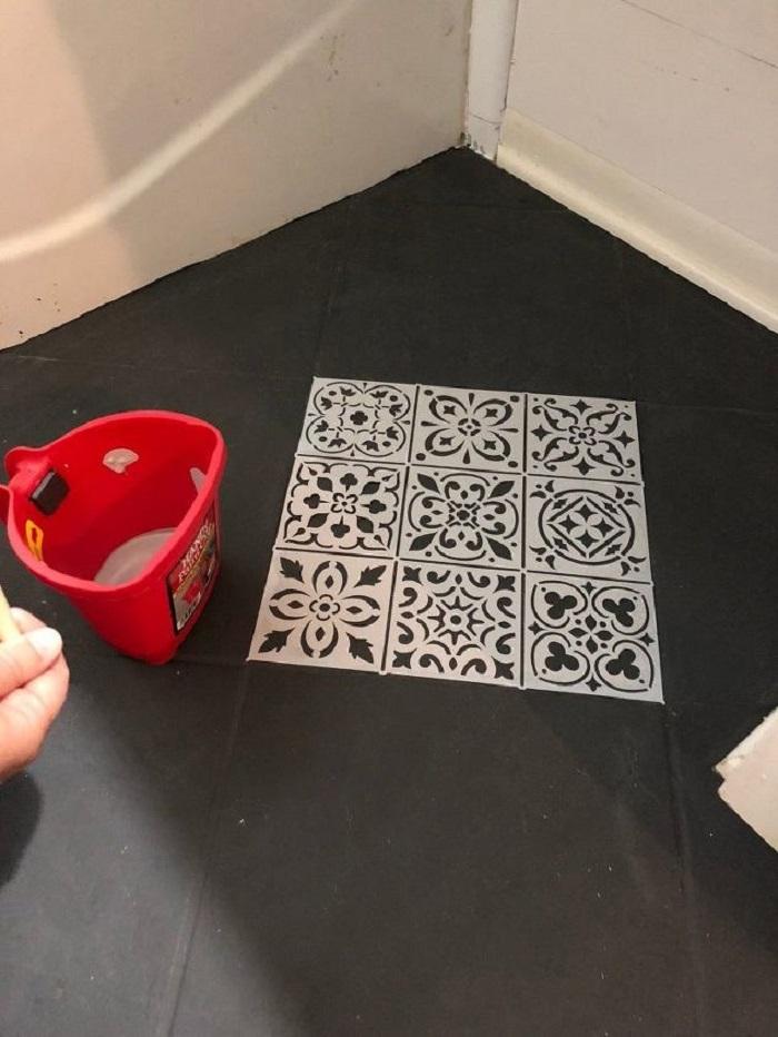 Сначала хотела поменять плитку в ванной, а потом решила покрасить с помощью трафаретов: вышло потрясающе