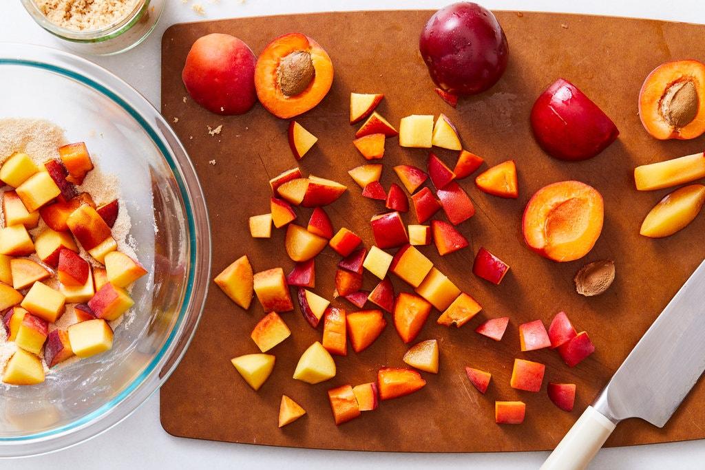 Мой друг-кондитер рассказал мне, как сделать фруктовый десерт крамбл особенно хрустящим. Теперь я готовлю его по-новому