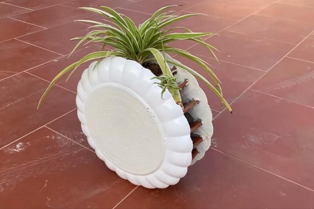 Муж залил цементом пару железных тарелок и сделал клумбу: соседки завидуют