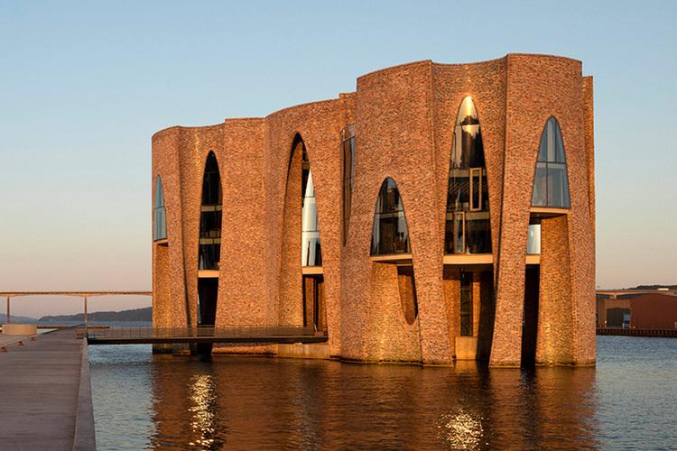 По старинке красный, прозрачный и черный: современный кирпич поднимает архитектуру на новый уровень (фото)