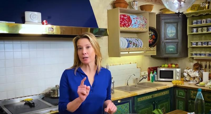 Юлия Высоцкая поделилась в соцсетях семейным рецептом хрустящих малосольных огурцов на минеральной воде