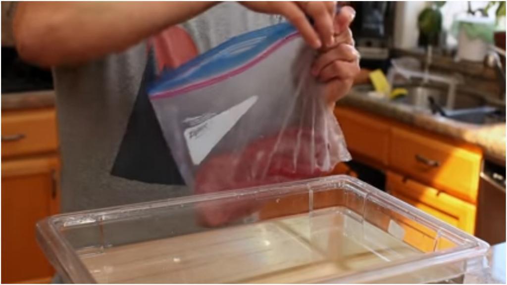 Как герметично запаковать еду в пакеты для морозилки без специальных приспособлений? Просто окунуть в воду (лайфхак)
