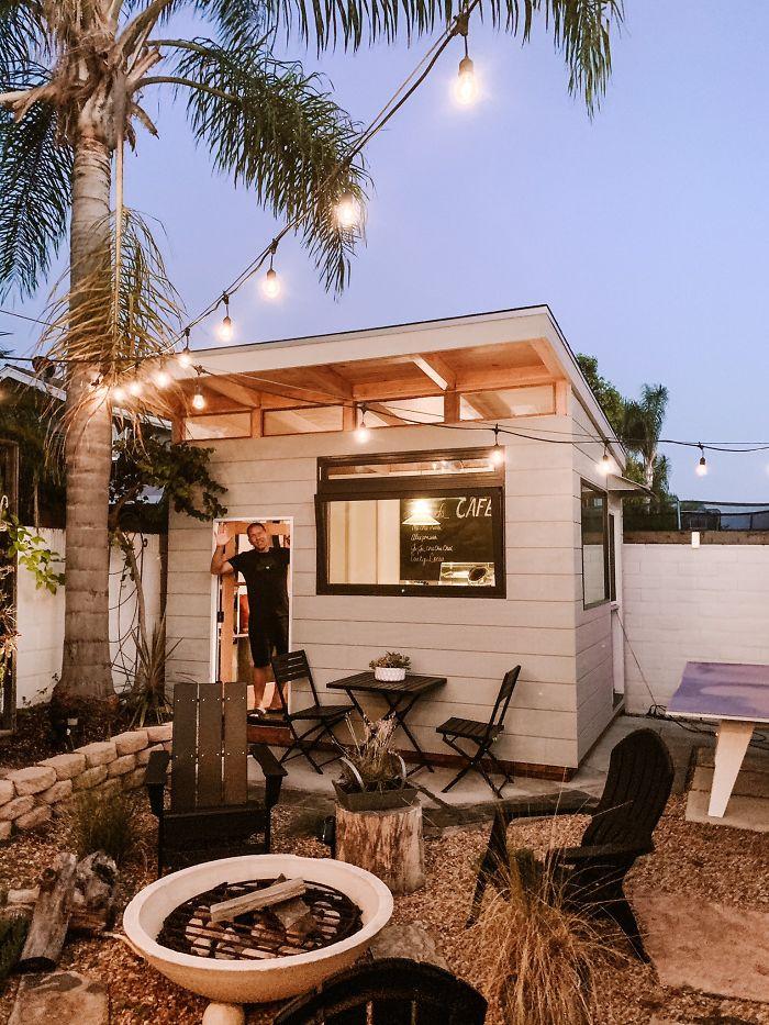 Мужчине потребовалось 3 месяца, чтобы построить во дворе уютную кофейню: все в честь дочери