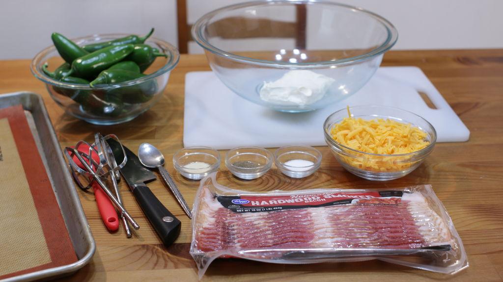 Халапеньо попперс в беконе - отличная закуска, поднимающая настроение и тонус: вот как сделать