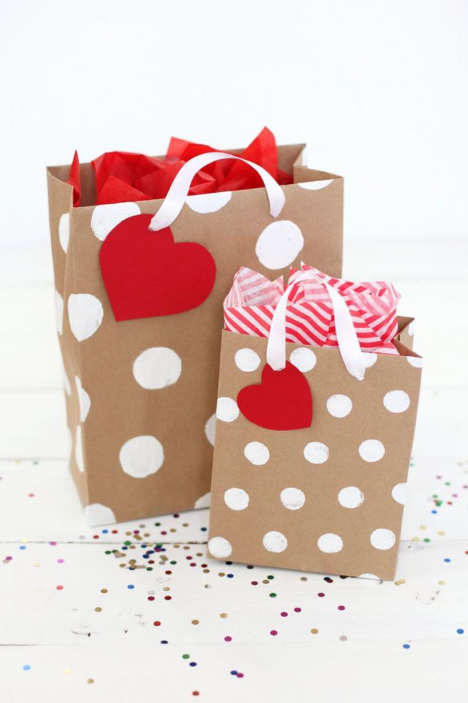 Из крафт бумаги я делаю очень красивые и аккуратные подарочные пакеты, не хуже покупных: с ними и подарок смотрится презентабельнее