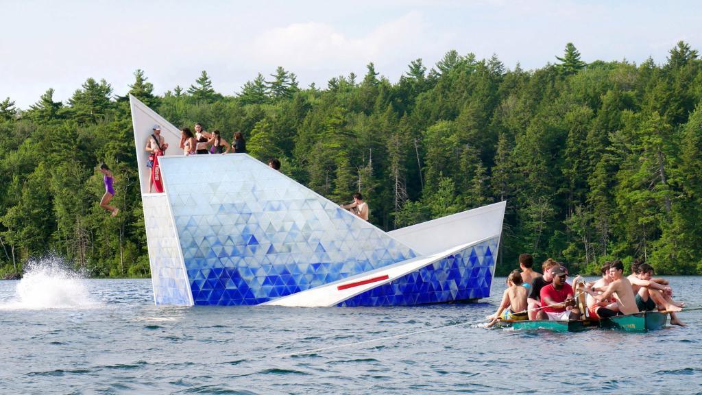 Бюджетно и оригинально: архитекторы соорудили плавучую платформу на озере в виде айсберга. Детям нравится