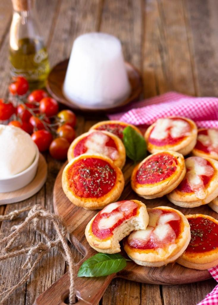 Знакомый повар из итальянского кафе научил готовить мини пиццы из творога: они хороши горячими и холодными