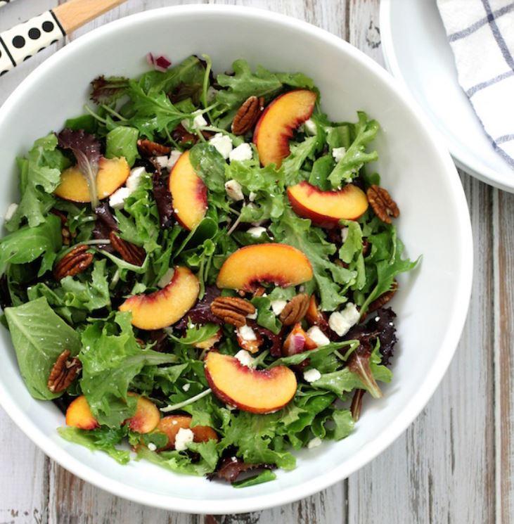 Подруга нахваливала салат с персиками, фетой и орехами пекан: вкусное летнее блюдо готовится за 10 минут
