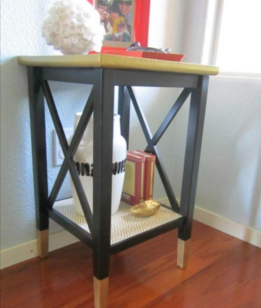 Мне наскучил старый черный стол: новый покупать не стала, а стильно перекрасила этот (фото)