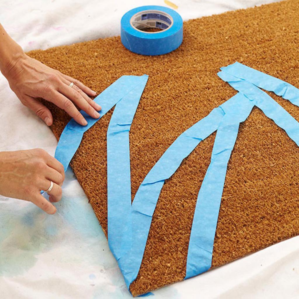 Решила украсить коврик и разрисовала его: очень простой способ, а смотрится мило