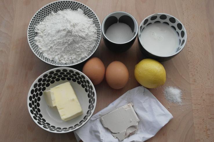 Для праздника простовато, но для ежедневного чаепития самое то: пирог с лимоном