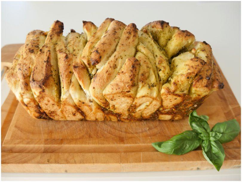 Неровный, зато какой вкусный и не крошится по всему столу: мама научила готовить слоеный хлеб с соусом песто