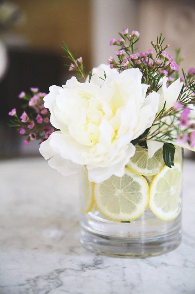 Для праздничного вечера сделала очень красивую композицию с цветами и дольками лимона: выглядит оригинально и свежо