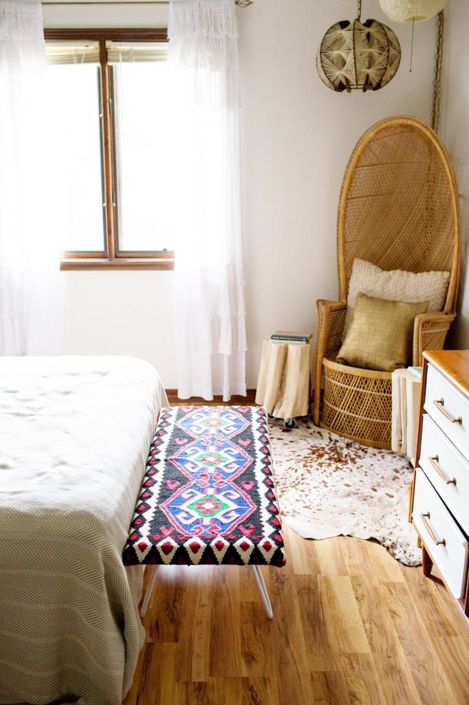 Самостоятельно сделали дома удобную прикроватную банкетку: для покрытия пригодился милый коврик, и получилось очень симпатично