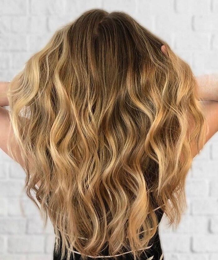 Что делать, если у волос сухие секущиеся концы и жирные корни: нейлоновая расческа и другие секреты голливудского стилиста