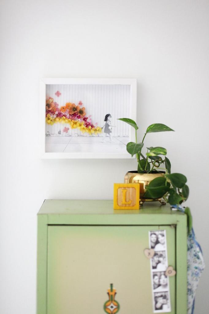 Черно-белое фото маленькой дочери я украсила красивыми искусственными цветами: результат превзошел ожидания