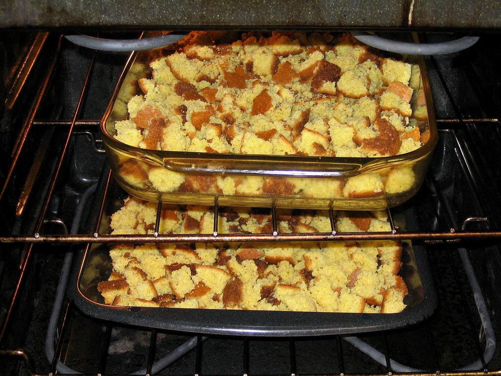 Из кукурузного хлеба, мяса, клюквы и овощей готовлю очень вкусный пирог, который нравится всем моим близким: делюсь простым рецептом