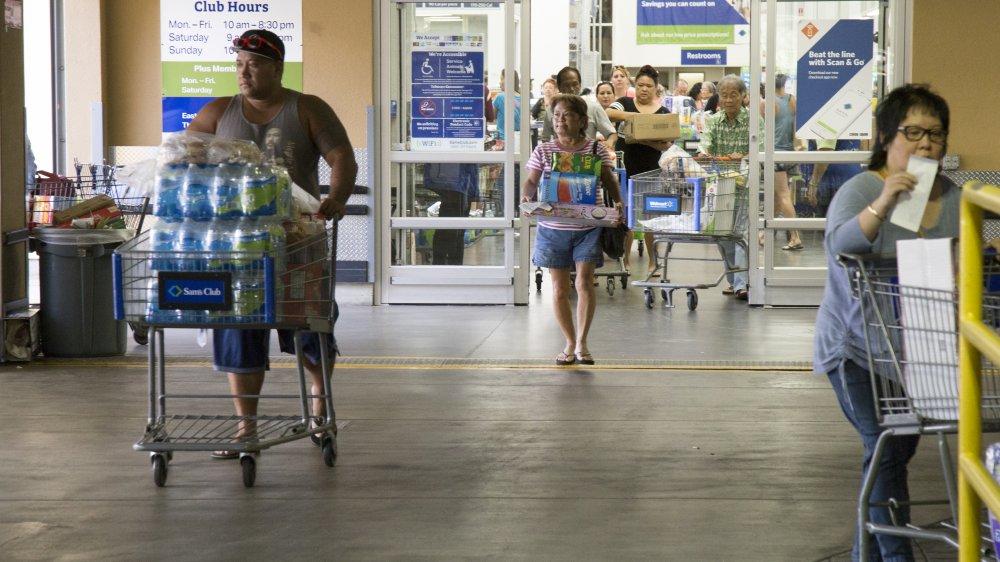 Почему в магазине есть человек, проверяющий чеки на выходе? Он не считает вас мошенником: может, вы забыли что-то забрать