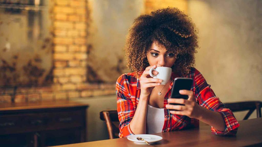 Как влияет перелистывание смартфона во время приема пищи на вашу внешность: вердикт ученых