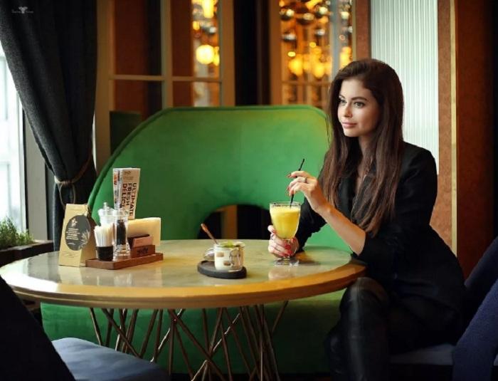 5 привычек, которые рассказывают окружающим, что вы не из высшего общества: что нельзя делать, чтобы не выглядеть простушкой