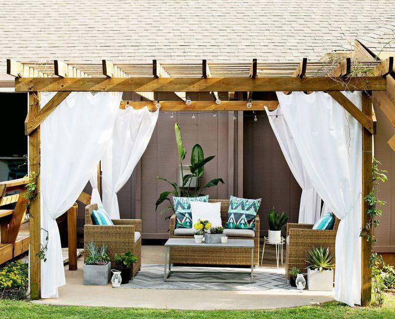 Для нашей беседки во дворе я сшила длинные белые шторы: они создают тень во время отдыха и очень украшают