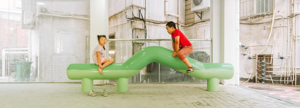 Архитектурная студия разработала набор из 5 уникальных скамеек, похожих на некое животное, которое можно обнять: в восторге особенно дети