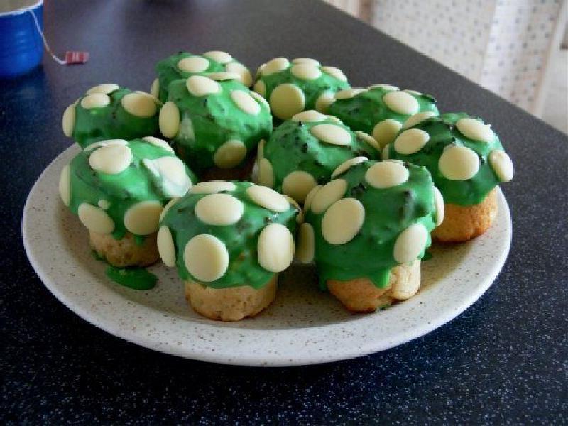 Ванильные маффины в виде зеленых грибочков: детки с радостью полакомятся яркой выпечкой