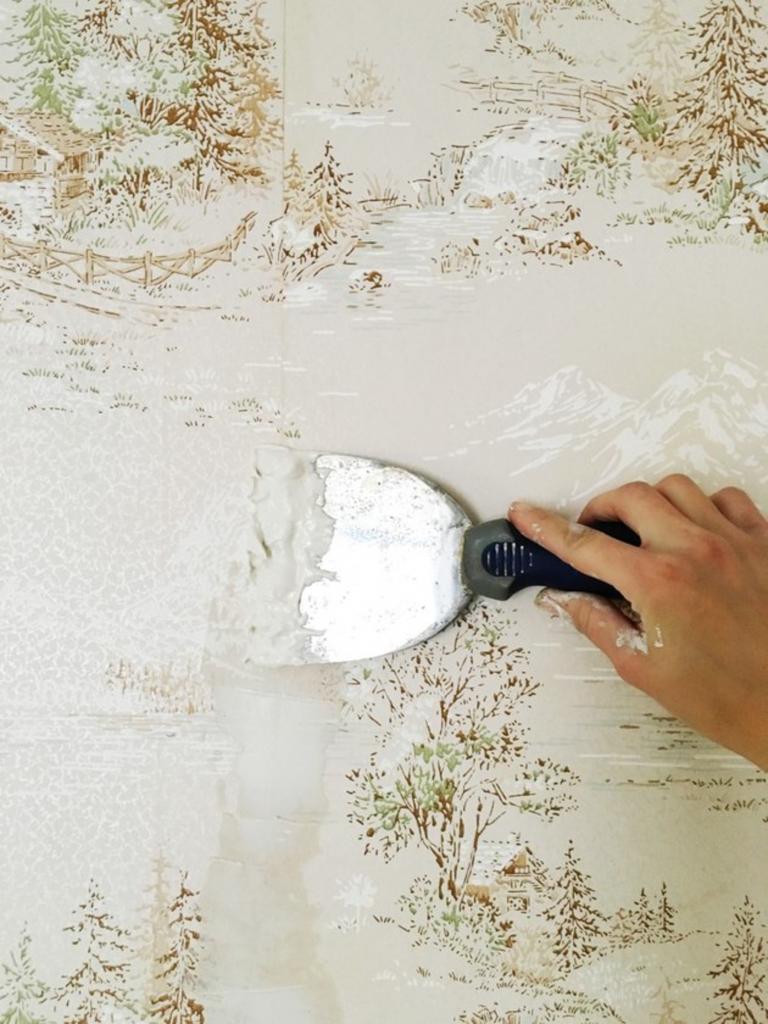 Как аккуратно нанести краску на стены в тех местах, где не удается полностью снять обои: этот прием очень помог во время ремонта