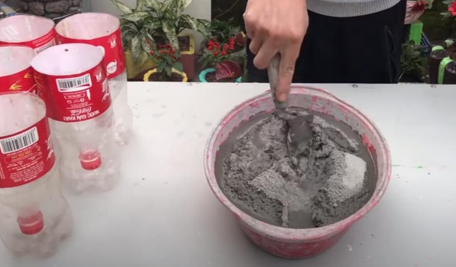 Мужчина залил цементный раствор в бутылки от Кока-колы и сделал красивую вещь для сада: фото