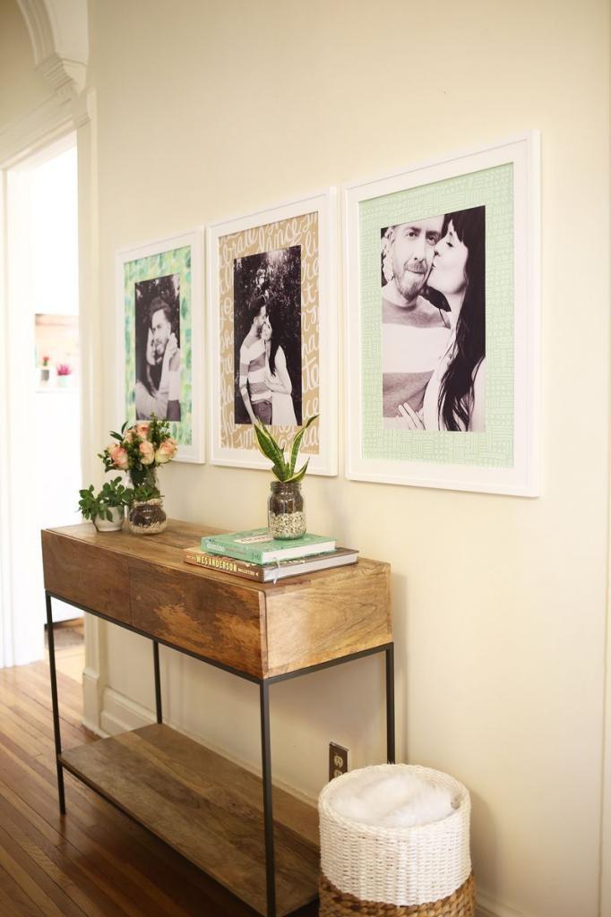 Для любимых семейных фото я сделала красивые рамки с интересным фоном: теперь они смотрятся как галерея в интерьере