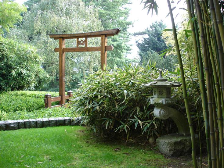 Создать сад в японском стиле совсем не сложно: обязательны камни, фонари, мосты и водоемы
